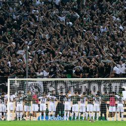 Los jugadores del Mönchengladbach celebran con sus aficionados después del partido de fútbol de la primera división alemana Borussia Mönchengladbach vs Borussia Dortmund en Moenchengladbach, oeste de Alemania. | Foto:Uwe Kraft / AFP