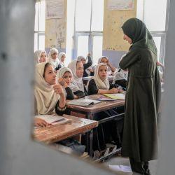 Niñas afganas asisten a una clase en una escuela de Kandahar. | Foto:Bulent Kilic / AFP