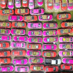 Vista aérea de taxis utilizados para cultivar verduras en un estacionamiento, en Bangkok, Tailandia. Trabajadores de la empresa de taxis apiló tierra en el techo y en el capó de estos automóviles para cultivar verduras y distribuirlas a los trabajadores y los conductores desempleados. | Foto:Xinhua / Wang Teng
