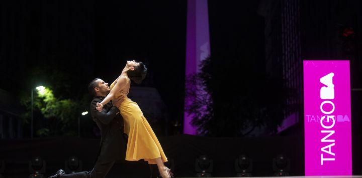 Edgar Tobares y Rosalía Alvarez bailan tango durante la final de la categoría Tango Escenario en el escenario montado sobre la Diagonal Roque Sáenz Peña frente al Obelisco en el marco del Mundial de Tango de Buenos Aires, en la ciudad de Buenos Aires.