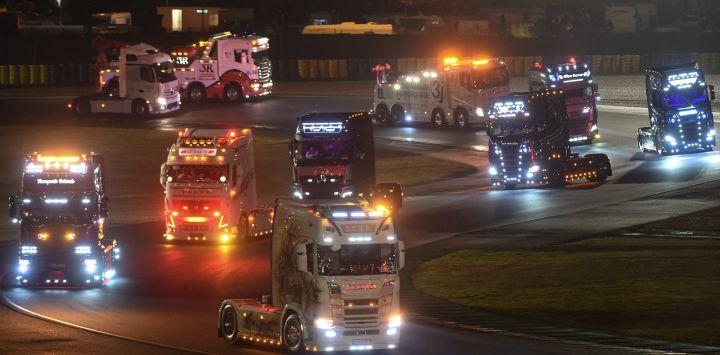 Desfile de camiones durante un concurso de camiones decorados, en Le Mans, oeste de Francia.