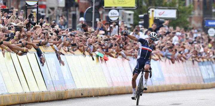 El francés Julian Alaphilippe celebra al cruzar la línea de meta para ganar la carrera de ciclismo en ruta élite masculina, de 268,3 km de Amberes a Lovaina.