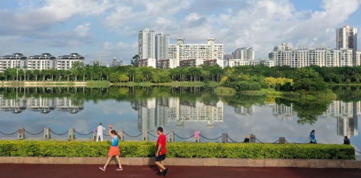 Vista de ciudadanos haciendo ejercicio frente al lago Nanhu, en Nanning, capital de la región autónoma de la etnia zhuang de Guangxi, en el sur de China.
