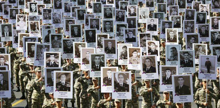 Esta foto muestra a la gente participando en una marcha por las calles de Bakú para conmemorar a los muertos en seis semanas de lucha por el control de la región de Nagorno-Karabaj en el primer aniversario del conflicto.