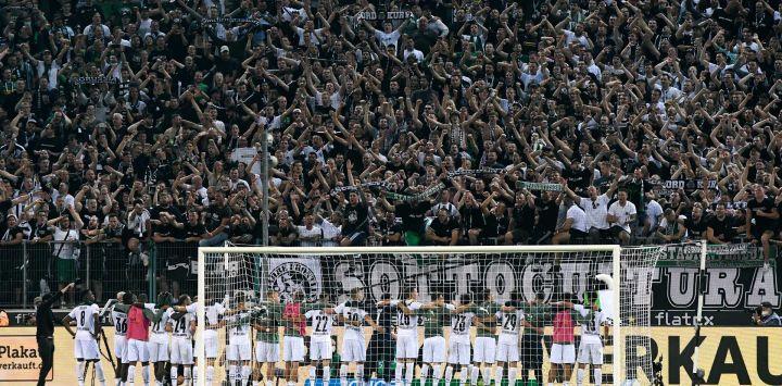 Los jugadores del Mönchengladbach celebran con sus aficionados después del partido de fútbol de la primera división alemana Borussia Mönchengladbach vs Borussia Dortmund en Moenchengladbach, oeste de Alemania.