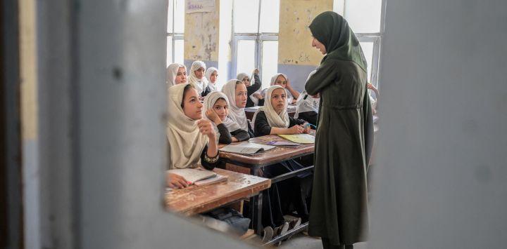 Niñas afganas asisten a una clase en una escuela de Kandahar.