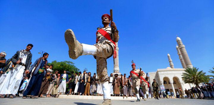 Las fuerzas leales a los rebeldes hutíes de Yemen participan en un funeral masivo de combatientes muertos en los combates con las tropas gubernamentales respaldadas por Arabia Saudí en la región de Marib, en la mezquita de al-Saleh de la capital, Saná.