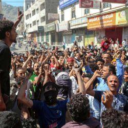 Los yemeníes corean consignas durante las protestas en las que se reclama la retirada del gobierno de coalición respaldado por Arabia Saudí y el deterioro de las condiciones económicas y de vida, en la tercera ciudad de Yemen, Taez.   Foto:Ahmad AL-Basha / AFP