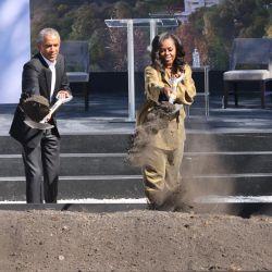 El gobernador de Illinois, J.B. Pritzker y la alcaldesa de Chicago, Lori Lightfoot, se unen al ex presidente de EE.UU., Barack Obama, y a la ex primera dama, Michelle Obama, en la ceremonia de colocación de la primera piedra del Centro Presidencial Obama en Jackson Park, en Chicago.   Foto:Scott Olson/Getty Images/AFP