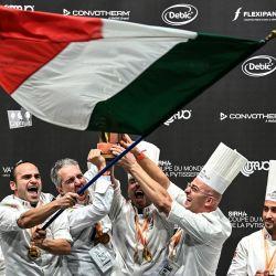 Miembros del equipo italiano celebran tras ganar el primer premio de la competición de pastelería por delante de Japón y Francia durante el concurso de pastelería Bocuse d'or en la Sirha de Eurexpo en Lyon, sureste de Francia.   Foto:Olivier Chassignole / AFP