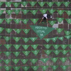 Imagen tomada con un dron de una niña colocando un pañuelo durante una protesta a favor del aborto legal, en Tlaxcala, México.   Foto:Xinhua / Jesús Alvarado