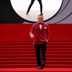 El actor inglés Daniel Craig camina por la alfombra roja después de llegar para asistir al estreno mundial de la película de James Bond 007    Foto:Tolga Akmen / AFP