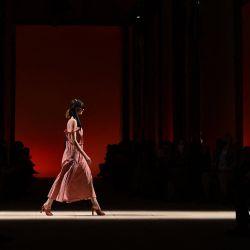 Una modelo presenta una creación para la colección femenina primavera-verano 2022 de Salvatore Ferragamo durante la Semana de la Moda de Milán.   Foto:Marco Bertorello / AFP