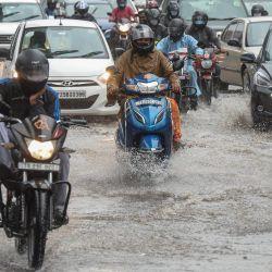 Los automovilistas se abren paso a través de una calle anegada en medio de fuertes lluvias en Hyderabad, la mañana después de que el ciclón Gulab tocara tierra entre los estados costeros indios de Odisha y Andhra Pradesh.   Foto:Noah Seelam / AFP