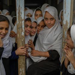Niñas afganas son fotografiadas al salir de sus respectivas clases, en una escuela de Kandahar.   Foto:Bulent Kilic / AFP