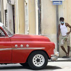 Un hombre espera en la esquina de una calle, en La Habana, capital de Cuba.   Foto:Xinhua/Joaquín Hernández