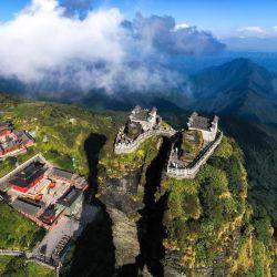 Vista aérea del monte Fanjing en la ciudad de Tongren, en la provincia de Guizhou, en el suroeste de China. Con ricos recursos naturales y una gran cobertura de vegetación, el monte Fanjing fue incluido en la Lista del Patrimonio Mundial de la Organización de las Naciones Unidas para la Educación, la Ciencia y la Cultura en 2018.   Foto:Xinhua / Yang Wenbin