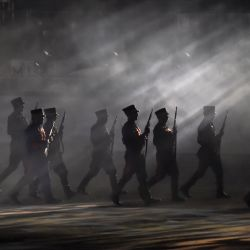 Actores vestidos de soldados actúan durante el 200 Aniversario de la Consumación de la Independencia de México en la plaza del Zócalo en la Ciudad de México. | Foto:Alfredo Estrella / AFP