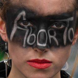 Una mujer participa en una manifestación exigiendo la despenalización del aborto durante el Día de Acción Global por el Aborto Legal y Seguro en América Latina y el Caribe en Bogotá. | Foto:Juan Barreto / AFP