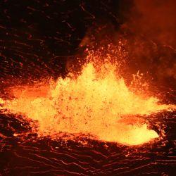 Esta imagen muestra la continua erupción del volcán Kilauea en Hawái. | Foto:M. Patrick / US Geological Survey / AFP