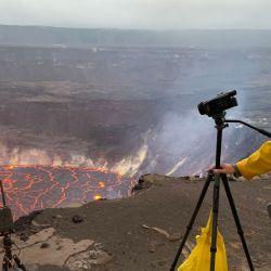 Esta imagen muestra a un geólogo del Observatorio Volcánico de Hawái del USGS grabando un vídeo de la erupción del volcán Kilauea. | Foto:D. Downs / US Geological Survey / AFP