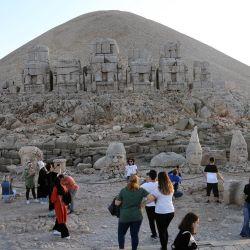Imagen de turistas visitando la tumba-santuario en la cima del monte Nemrut, en la provincia de Adiyaman, Turquía. El monte Nemrut se encuentra en la provincia de Adiyaman en el sureste de Turquía. En 1987, fue nombrado como un Sitio Patrimonio Mundial de la Organización de las Naciones Unidas para la Educación, la Ciencia y la Cultura.   Foto:Xinhua/Mustafa Kaya