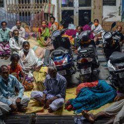 La gente acampa durante la noche para recibir una dosis de la vacuna contra el coronavirus Covid-19 en un hospital de distrito gestionado por el gobierno a medianoche en Siliguri. | Foto:Diptendu Dutta / AFP