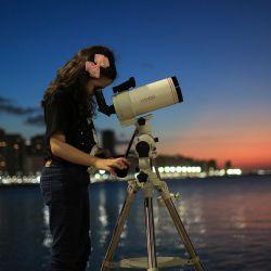 La astrónoma brasileña de 8 años Nicole Oliveira observa el cielo con su telescopio en Fortaleza, Brasil. - Cuando Nicole Oliveira empezó a dar sus primeros pasos, levantó los brazos hacia el cielo, tratando de atrapar las estrellas. Ahora, con sólo ocho años, es una joven astrónoma brasileña que caza asteroides. | Foto:Jarbas Oliveira / AFP