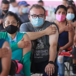 Las personas permanecen en el área de observación luego de recibir una dosis de una vacuna contra la enfermedad del nuevo coronavirus (COVID-19), en Nezahualcóyotl, México. | Foto:Xinhua/Quetzalli Blanco