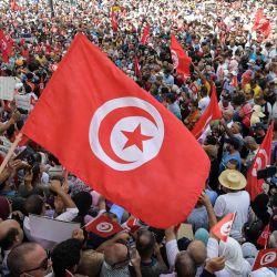 Manifestantes corean consignas durante una protesta en Túnez, contra las recientes medidas del presidente Kais Saied para reforzar su control del poder. - Saied destituyó al primer ministro Hichem Mechichi, suspendió el Parlamento y se otorgó poderes judiciales.   Foto:Fethi Belaid / AFP