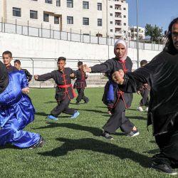 Jaafar Zahida, un maestro palestino de Kung Fu, entrena a jóvenes en un patio de recreo durante una clase de artes marciales en la aldea de Halhoul, al noroeste de Hebrón, en la Cisjordania ocupada. | Foto:Hazem Bader / AFP