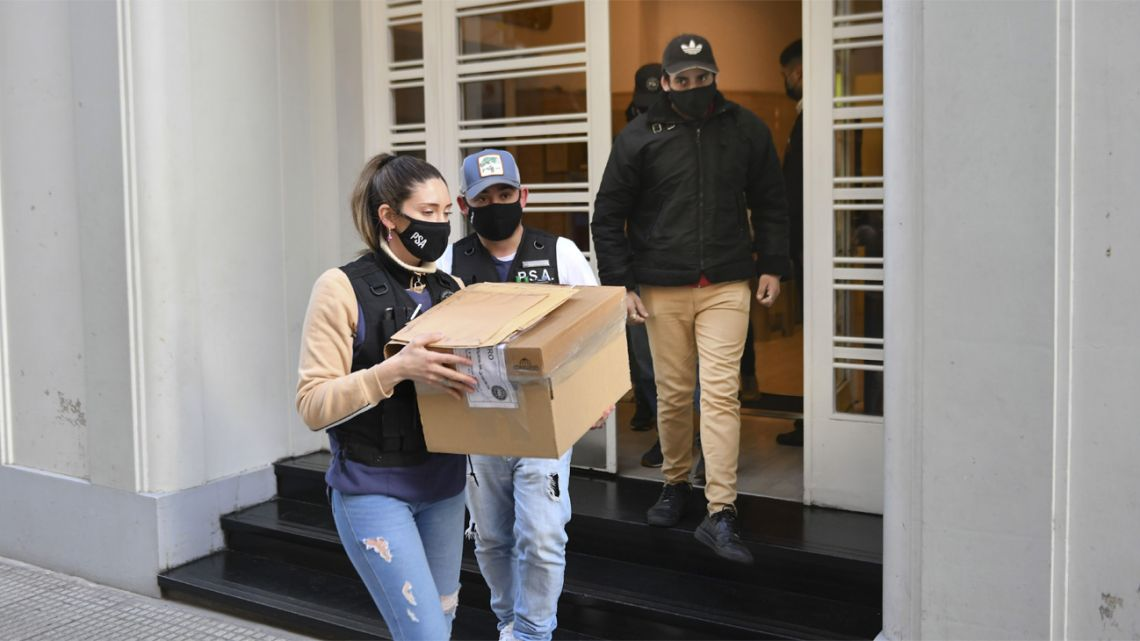 PSA agents take away documentation from the headquarters of the Argentine Football Association (AFA).