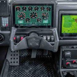 Por su parte, el conductor se encuentra con un volante tipo Yoke y dos pantallas táctiles de 12,0 pulgadas de Garmin.