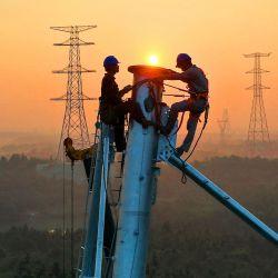 Esta foto muestra a empleados trabajando en una torre de transmisión de alta tensión en Yichun, en la provincia central china de Jiangxi. | Foto:STR / AFP