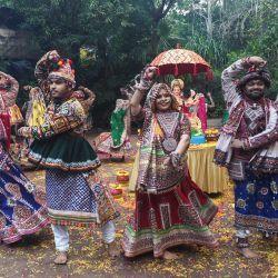 Bailarines folclóricos indios ensayan antes del festival hindú 'Navratri' en Ahmedabad. | Foto:Sam Panthaky / AFP