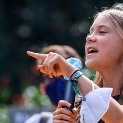 La activista climática sueca Greta Thunberg gesticula mientras habla durante una huelga de estudiantes de Fridays for Future en Milán. | Foto:Miguel Medina / AFP