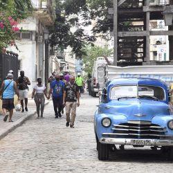 Personas caminan por una calle frente a un automóvil antiguo, en La Habana, capital de Cuba. | Foto:Xinhua/Joaquín Hernández