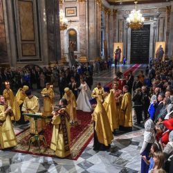 El Gran Duque Jorge Mijáilovich Romanov y Victoria Romanovna Bettarini asisten a su ceremonia de boda en la Catedral de San Isaac en San Petersburgo.   Foto:Olga Maltseva / AFP