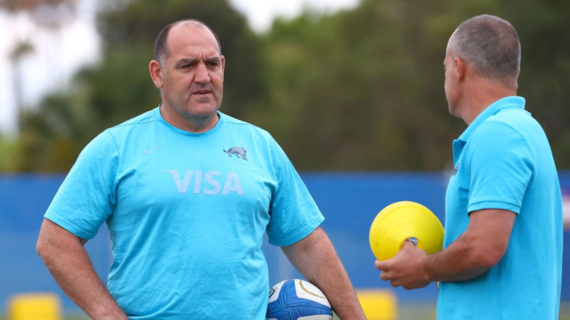 Argentina's coach Mario Ledesma (left) monitors players during the captain's run in Gold Coast on October 1, 2021, ahead of the Rugby Championship match against Australia.