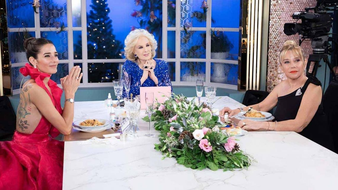 Mirtha Legrand, pictured on her famous TV show with members of her family.