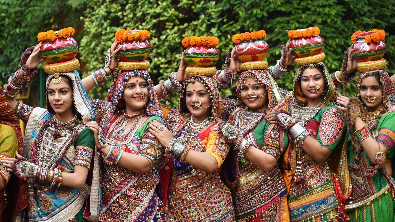 Bailarines folclóricos indios ensayan antes del festival hindú 'Navratri' en Ahmedabad.   Foto:Sam Panthaky / AFP