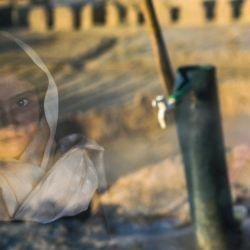Una niña de la etnia Hazara mira por la ventana de su cueva en un acantilado plagado de cuevas donde la gente sigue viviendo como hace siglos en Bamiyán.   Foto:Bulent Kilic / AFP