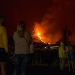 La gente observa el volcán Cumbre Vieja arrojando lava, ceniza y humo desde El Paso, en la isla canaria de La Palma.   Foto:Jorge Guerrero / AFP