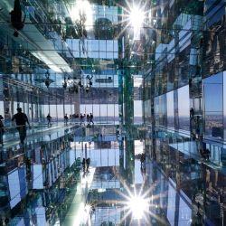 Reporteros y fotógrafos recorren Summit at One Vanderbilt durante una vista previa para los medios de comunicación en Nueva York. - El mirador de Summit se extiende por las cuatro últimas plantas de One Vanderbilt en Manhattan, el cuarto edificio más alto de la ciudad.   Foto:TIMOTHY A. CLARY / AFP