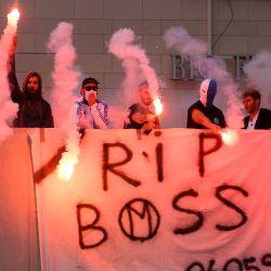 Los hinchas de Marsella agitan bengalas mientras rinden homenaje al fallecido Bernard Tapie, antiguo propietario del club de fútbol francés Olympique de Marseille, en el estadio Vélodrome de Marsella, tras el anuncio de su muerte a los 78 años.   Foto:CLEMENT MAHOUDEAU / AFP