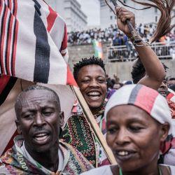 La gente celebra mientras el primer ministro etíope Abiy Ahmed llega después de jurar para un nuevo mandato de cinco años en la plaza Meskel en Addis Abeba, Etiopía.   Foto:Amanuel Sileshi / AFP