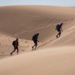 Los competidores participan en la Etapa 2 de la 35ª edición del Marathon des Sables entre Tisserdimine y Kourci Dial Zaid, en el sur del desierto del Sahara marroquí.   Foto:JEAN-PHILIPPE KSIAZEK / AFP