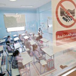 Los estudiantes asisten a clase en una escuela en la ciudad de Kuwait, después de que las escuelas reabrieran para el aprendizaje en el campus por primera vez desde hace meses debido a la pandemia de COVID-19.   Foto:YASSER AL-ZAYYAT / AFP