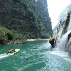 Turistas disfrutan un paseo en gomon en el área escénica del río Maoyan en el centro de China.   Foto:Xinhua/Wu Yongbing