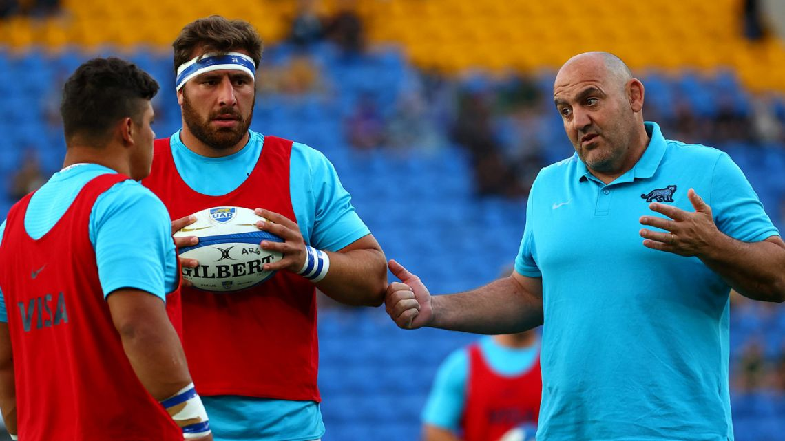 Argentina's coach Mario Ledesma (right) talks his players at a warm up session before their Rugby Championship match against Australia in Gold Coast on October 2, 2021.